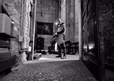 Ippolito si appresta all'esplorazione dei sotterranei della basilica di San Simpliciano